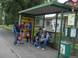 In attesa del pullman, ecco il nostro piccolo gruppo! Manca la Isa, però! (sta fotografando...)