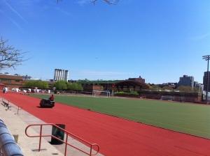 Il campo da football-soccer con pista di atletica in via di rifacimento, perché tra poco riprende la stagione sportiva! Dicono si possa usare gratuitamente!