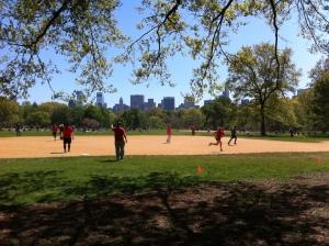 Central Park è disseminato di campi da gioco, soprattuto per baseball. I cartelli recitano che non si può giocare a calcio, football, rugby, lacrosse. Maledetti discriminatori!!