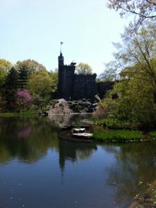 Un castello vicino a un laghetto! Prima o poi vi saprò dire qualcosa in più...