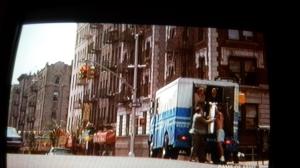Screenshot dalla TV: Joh McClane scende dal camioncino della polizia a due passi da casa mia...