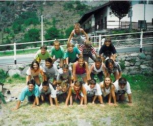 Piramide umana nel giardinetto di fronte alla nostra casa, dove la sera del 17 luglio eravamo seduti di fronte alla TV (foto di Pasquale Mondella e Giovanna Corti). Altri tempi!!
